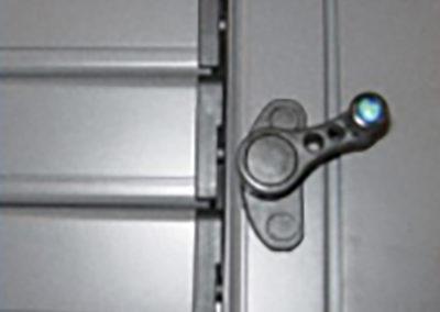 Persiana_alluminio_con_lamelle_orientabili_movimento_con_maniglia_rotante
